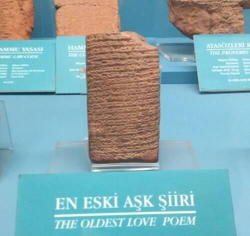 El poema más antiguo, en el museo arqueológico de Estambul. / Marc Madrigal,