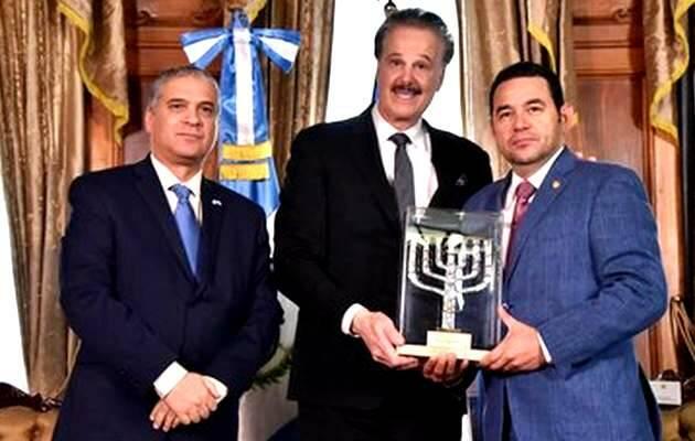 El embajador de Israel, Mttanya Cohen (i), con el Presidente Morales (d) recogiendo la distinción de manos de Mike Evans (c) / FoZ,Jimmy Morales, Presidente Guatemala