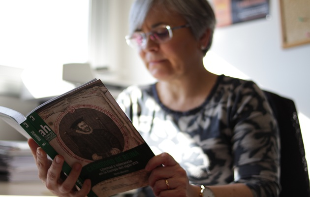 Doris Moreno, en su despacho con un ejemplar de su obra. / J.Soriano,