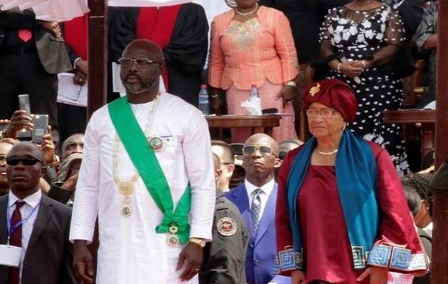Weah junto a su predecesora, Johnson-Sirleaf, en la toma de poder. / Twitter,