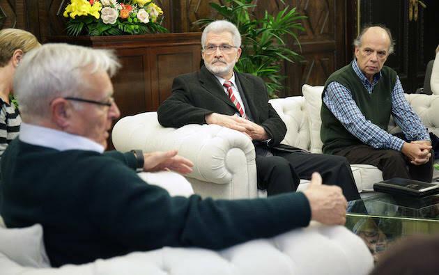 Joan Ribó conversa con algunos de los representantes evangélicos. ,