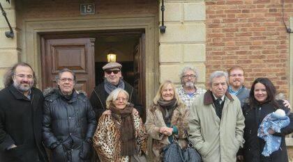 Samprón con algunos poetas a la entrada de la casa de  la Calle Mayor.