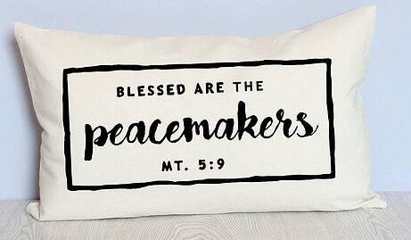 Una funda de cojín de Paz and Joy.