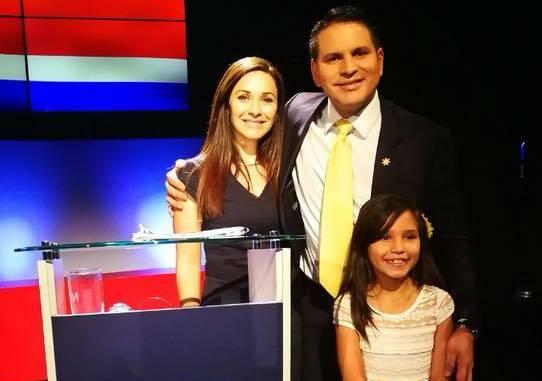Fabricio Alvarado con su esposa y una de sus hijas, poco después de conocerse los resultados que le daban como ganador. / FB FAbricio Alvarado,