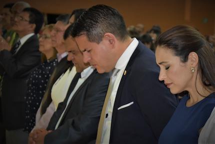 Fabricio junto a su esposa, en un acto de oración el día sábado, previo a las elecciones. / J. Bolaños