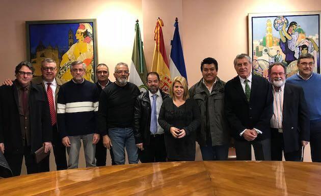 La alcaldesa Mamen Sánchez junto a la delegación de pastores de la Fraternidad. / Prensa Jerez,
