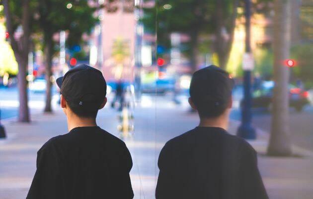 La nueva generación joven tiene mayores conflictos de identidad. / Tyler Mullins (Unsplash, CC).,