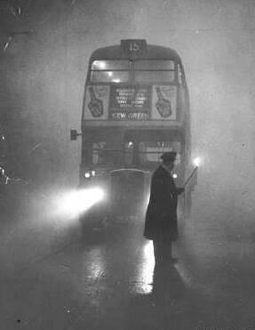 Imagen de un autobús circulando durante la gran niebla londinense.