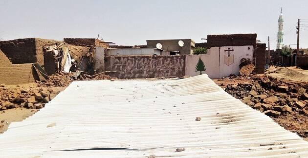 La iglesia fue destruida con excavadoras. Al fondo, se aprecia el perfil de un minarete. / Morning Star News,