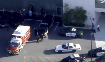 Policía y sanitarios acudieron al lugar del ataque, un colegio de enseñanza secundaria en Florida. / Live