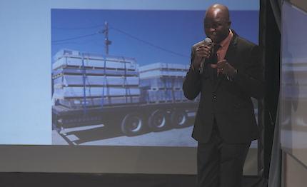 Adebola contó cómo su fe le impulsó en su trayectoria. / J. Soriano
