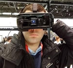 Muñoz probando un dispositivo de realidad virtual. / J. Muñoz