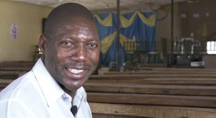 El pastor Ajasi durante su entrevista con Nataniel*./ Puertas Abiertas
