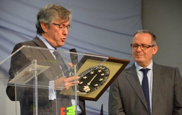 Mariano Blázquez hace entrega de una placa conmemorativa a Juan Carlos Escobar, presidente de la Comisión organizadora del 500º Aniversario de la Reforma. / FADE,