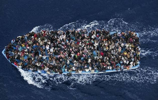 Una barcaza repleta de personas en algún punto del Mediterráneo. / Massimo Sestini, World Press Photo 2015,
