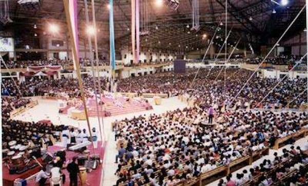 Megaiglesia en Nigeria. / Josidaniel, Wikipedia,