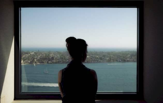 Jad Limcaco / Unsplash,mujer ventana, mar mujer