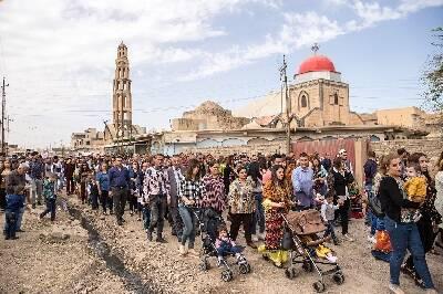 Cientos de familias pasean por las calles desoladas de Qaraqosh durante el Domingo de Ramos. / Puertas Abiertas