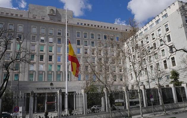 El edificio del Ministerio de Defensa con la bandera a media asta. / Stéphane M. Grueso,