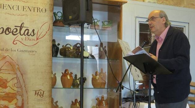 El poeta José María Muñoz Quirós, durante su lectura. / Jacqueline Alencar,