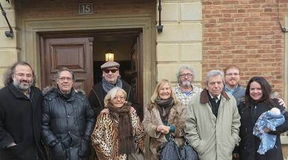 Muñoz Quirós con algunos de los poetas alojados en la casa de la Calle Mayor. /  Jacqueline Alencar