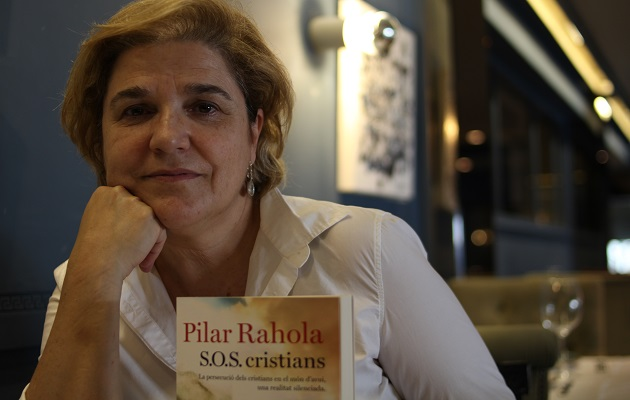 Pilar Rahola con un ejemplar de su libro. / Jonatán Soriano,