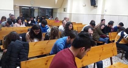 Estudiantes y compañeros de GBU Barcelona se reunieron para orar por la familia Araguàs el miércoles. / GBU BCN
