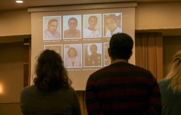 Ex prisioneros iraníes orando por actuales prisioneros durante el taller de asistencia postraumática.  / Puertas Abiertas,