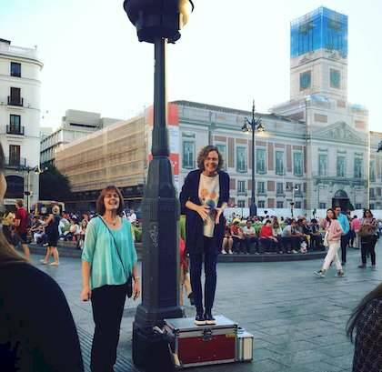 Julie, predicando sobre la Caja Roja en la Puerta del Sol /Facebook,Julie Bock, Caja Roja