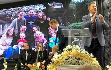 Jacob Bock y su familia, en el culto en memoria de Julie / MGala