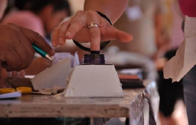 El dedo entintado, muestra de que ya se ha votado en Paraguay. / El Caribe,