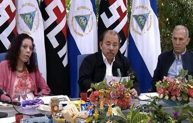 Daniel Ortega junto a su vicepresidenta y esposa, Rosario Murillo, anunciando la derogción del decreto a petición del Consejo Directivo del INSS. / Canal 4,