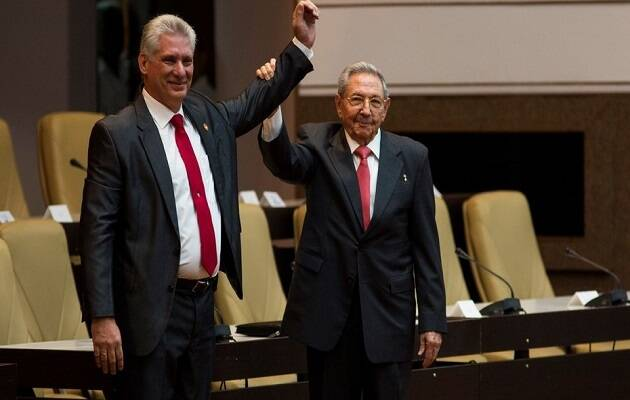 Miguel Díaz-Canel junto a Raúl Castro en su toma de poder. / Agencia Prensa Latina,