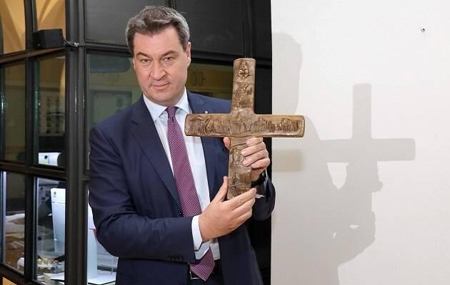 El ministro responsable del estado de Baviera, Markus Söder, anunciando la decisión. / Twitter @Markus_Söder,