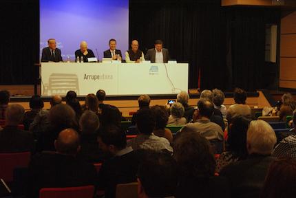 Jokin Bildarratz, Carlos García de Andoin, Víctor Urrutia y X.M. Suárez, en el coloquio organizado el año pasado en Bilbao, moderado por Jaume Llenas, sobre reconciliación. / Joel Forster