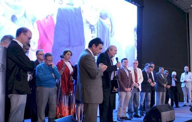 Hugo Márquez ora, con todas las personas que se compometieron con Evangélico Digital en el Congreso,Evangelico Digital, Congreso Iberoamericano