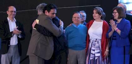 Aarón Lara y P. Tarquis se abrazan tras anunciar la puesta en marcha del proyecto en el Congreso