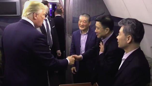 Trump saluda a los tres estadounidenses liberados por el régimen norcoreano. / Captura vídeo oficial POTUS,