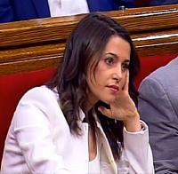 Inés Arrimadas escuchando la intervención del portavoz de Junts per Catalunya, Eduard Pujol. / Canal Parlament