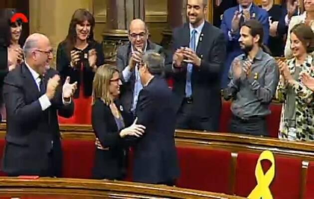 Torra saludando a sus compañeros de partido, una vez investido. / Canal Parlament,