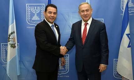 Jimmy Morales y Benjamin Netanyahu, en la firma del acuerdo de traslado de la embajada. / FB Jimmy Morales