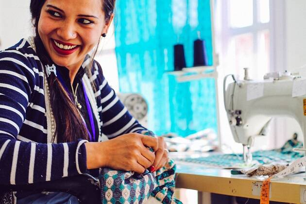 Una de las ochenta empleadas de un proyecto de ropa de comercio justo en Nepal. / Purnaa,