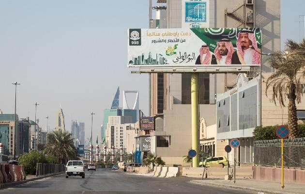 Cartel del rey Salmán y de su hijo, el príncipe Bin Salmán, en Riad, capital de Arabia Saudí.  / Puertas Abiertas,
