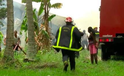 Al lugar del accidente han llegado bomberos, fuerzas de seguridad y ambulancias. / Captura Youtube CubaTV