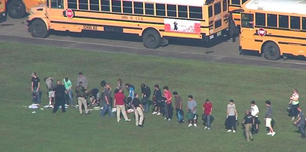 Alumnos del instituo de Santa Fe, tras el ataque. / CNN Video,