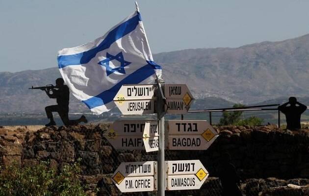Una bandera israelí en una señal en los Altos del Golán. / Jalaa Marey, AFP,