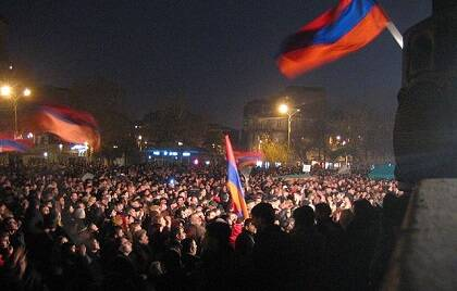 Imagen del quinto día de las protestas contra el antiguo gobierno armenio. Durante la noche, una multitud de aproximadamente 40.000 personas llevó a cabo una concentración pacífica en la Plaza de la Ópera, en la capital. / Wikimedia Commons
