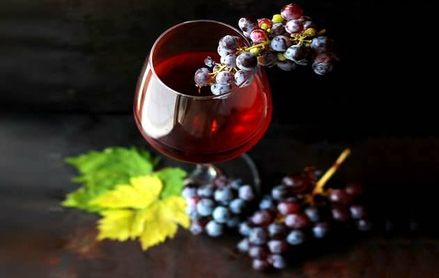 Roberta Sorge / Unsplash,copa vino, uvas rojas
