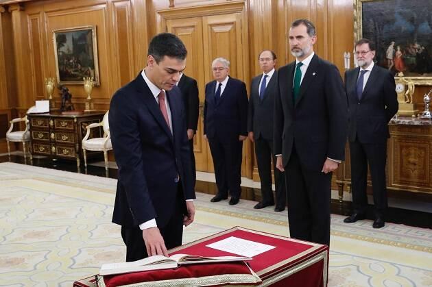 Pedro Sánchez toma posesión del cargo de presidente de España ante la Constitución, sin la presencia de una Biblia o un crucifijo. / Foto: Casa del Rey,