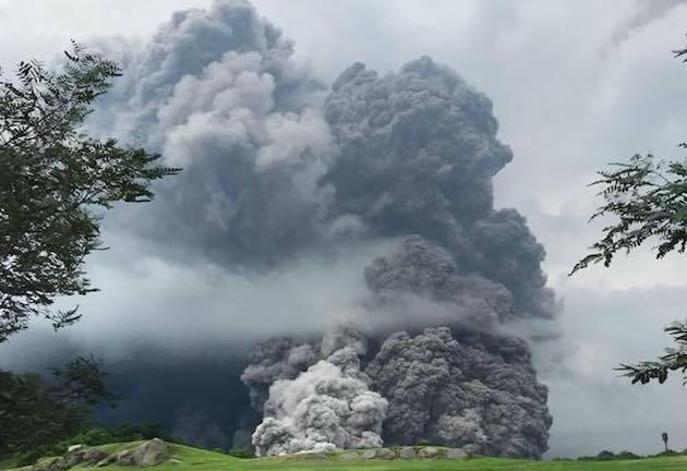 Una imagen de la columna de ceniza provocada por la erupción del volcán, compartida en redes sociales por el presidente Jimmy Morales. / Fb Jimmy Morales,